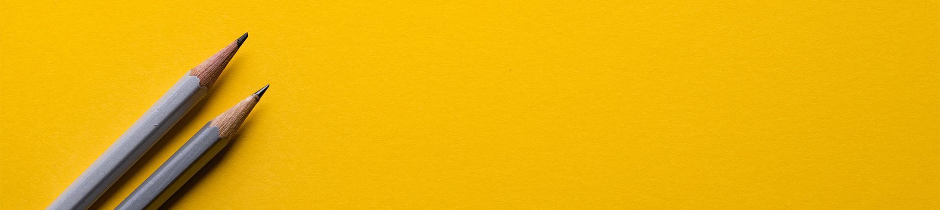 Bleistifte auf gelbem Grund (Leistungen Headergrafik)